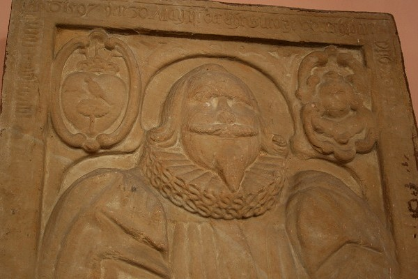 Grabplatte aus Seeberger Sandstein in der St. Viti-Kirche in Günthersleben-Wechmar
