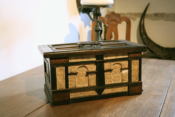 Holzkästchen mit geschnitzten Kittelsthaler Zechstein-Gips im Pfeifenmuseum Ruhla