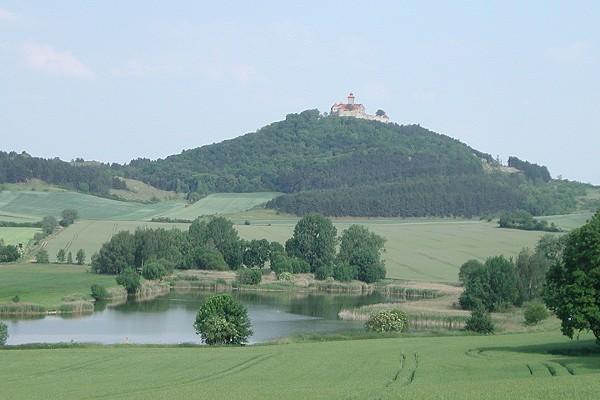 Blick auf die Veste Wachsenburg und die ehemaligen Torfstiche im Gleichental