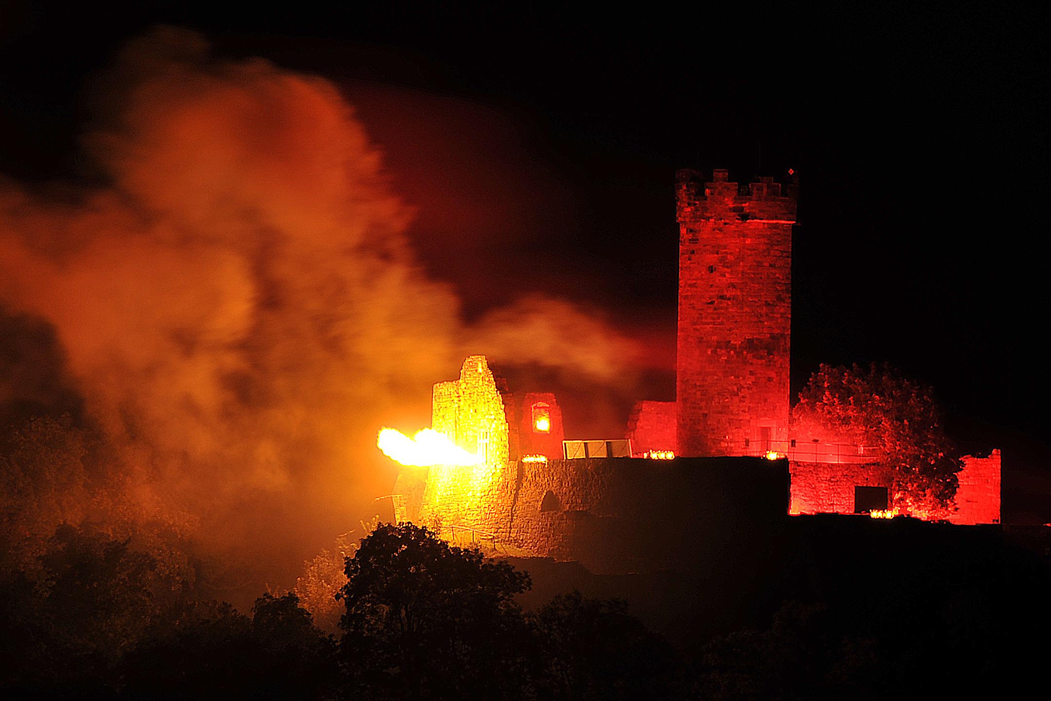 Drei(n)schlag 2011 - Feuerwerk über der Mühlburg  (TA-Foto: Lutz Ebhardt)